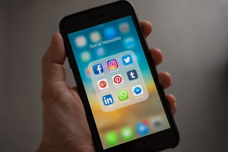 How to navigate the Job market using social media